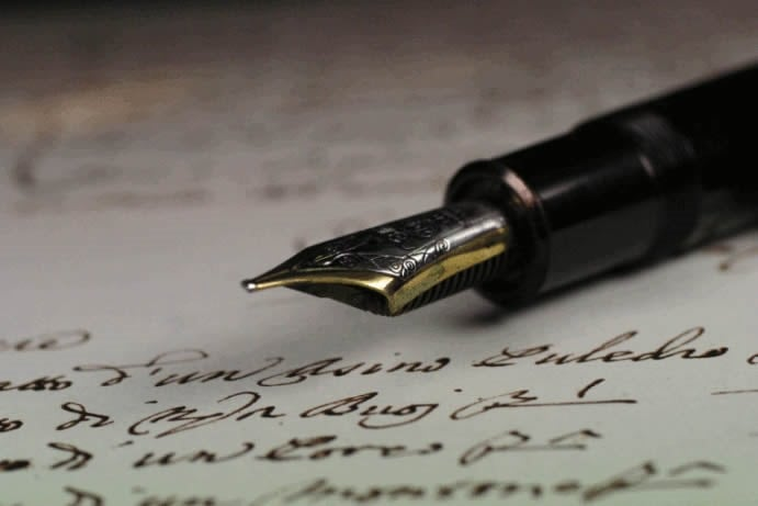 Pluma en página con testamento. Abogados herencias
