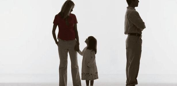 Padre y madre y niña de la mano de la madre. Abogados Divorcios