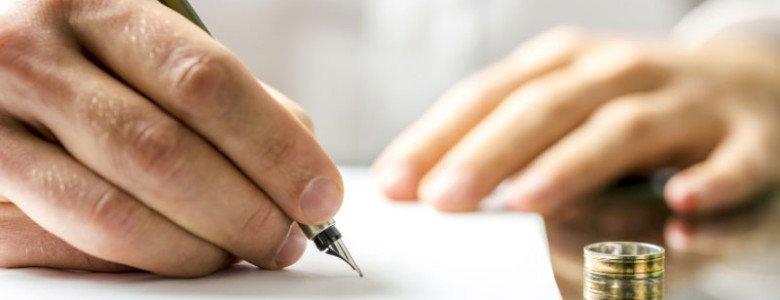 firma de un documento con anillo en la mesa. Abogados matrimonialistas