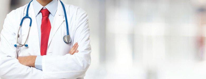 Médico con fonendo pensando en una posible negligencia médica