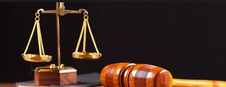 Balanza y martillo símbolo de justicia penal y abogados penalistas